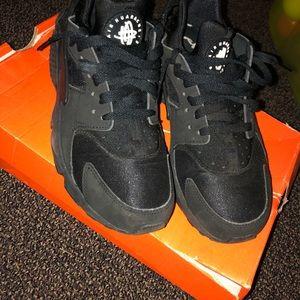 Size 7.5 in men's black Nike's